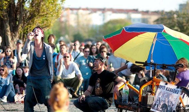 karaoke foule femme qui chante parasol mauerpark - blog GO Voyages