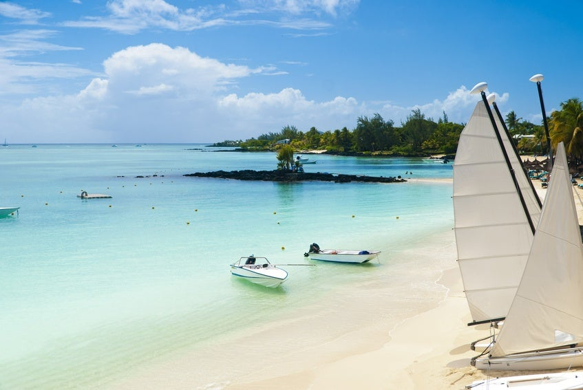 Idyllic tropical beach in the paradise island of Mauritius - Go Voyages