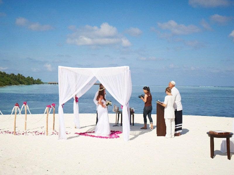 Honeymoon Decoration In Maldives : crédit photo http://celebrate.luxresorts.com/en/photo-gallery/wedding