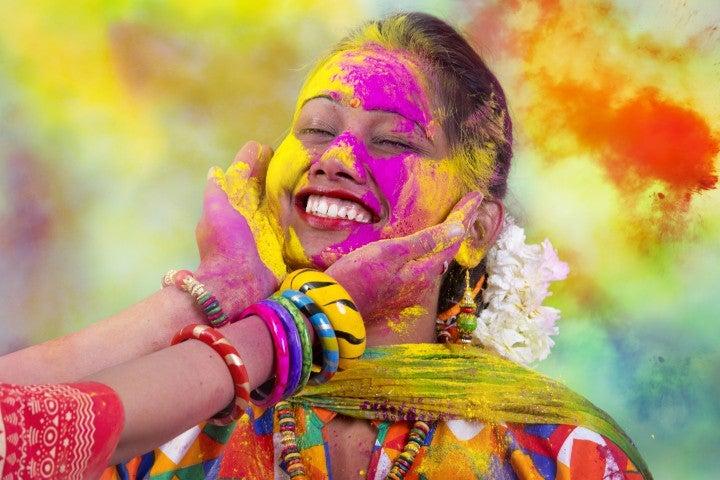 femme couleur festival holi - blog GO Voyages
