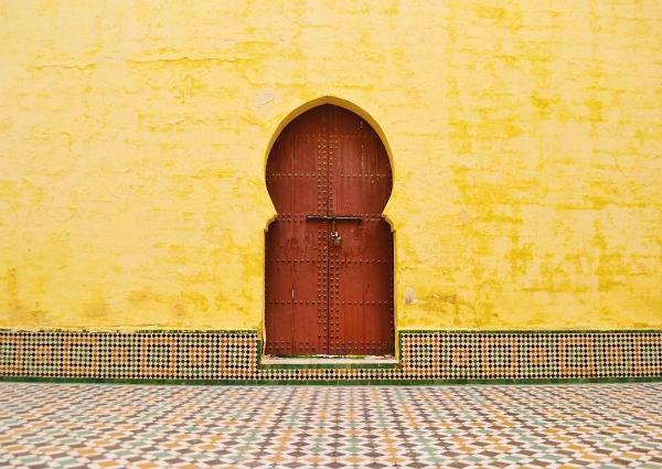 porte mosaique mur jaune - blog go voyages