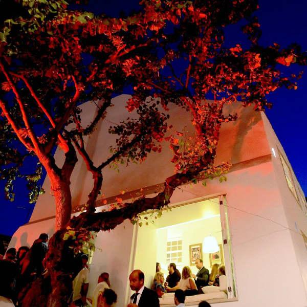 soirée fenêtre arbre foule - blog go voyages