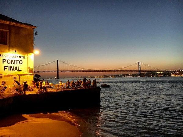 terrase pont nuit lisbonne - blog go voyages
