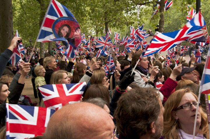 foule mariage prince william drapeaux - blog GO Voyages