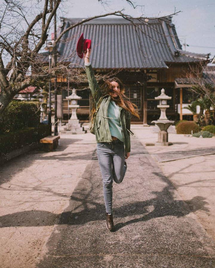 fille qui saute japon l'oiseau rose - blog GO Voyages