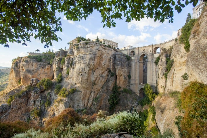vue panoramique du village de ronda espagne | pont village blanc andalousie